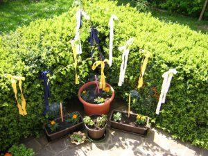 Bunte Bänder im Garten