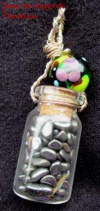 Amulette - Kettenanhänger Glasflasche mit Halbedelsteinen und Glasperlen