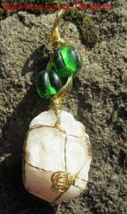 Kettenanhänger mit handgefertigten Glasperlen
