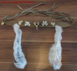 Stirnband mit Knochen und Fell